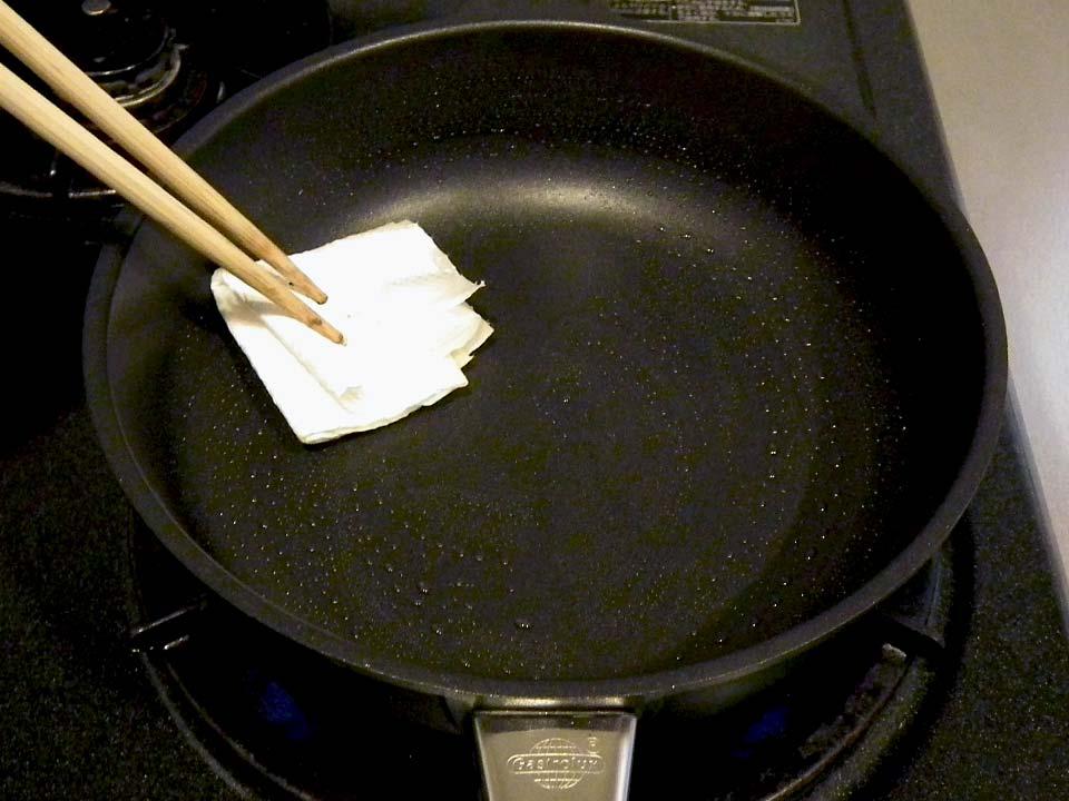 油をしいてから、加熱して拭き取る